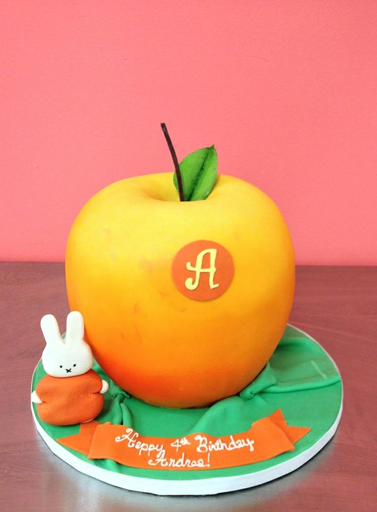 Torta a forma di mela e coniglietto, lettera A di pasta di zucchero e scritta Happy Birthday Andrea