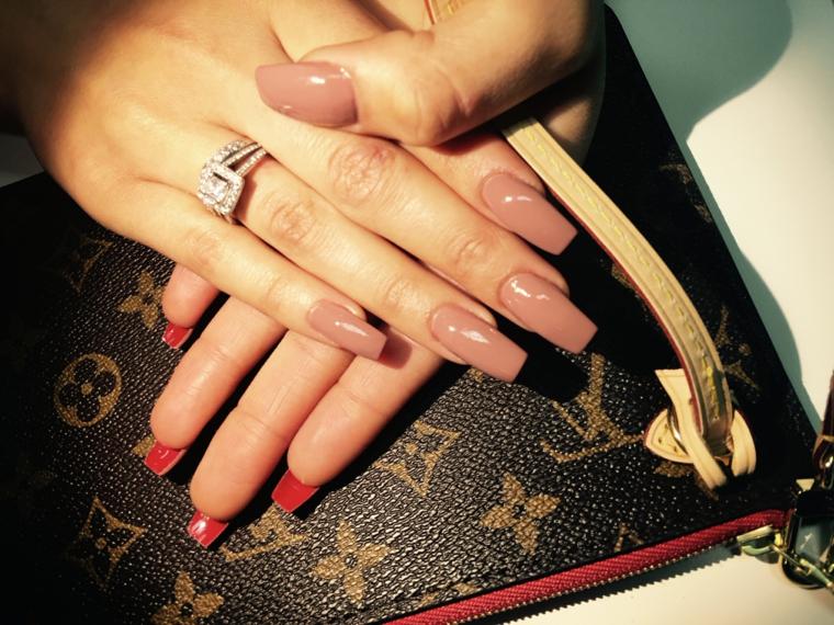 immagine di unghie neutre molto lunghe e squadrate con il retro colorato di rosso