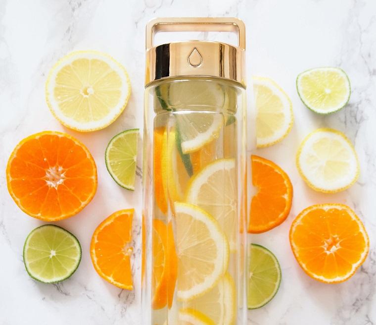 Acqua detox ricette, borraccia di vetro per una bevanda a base di agrumi