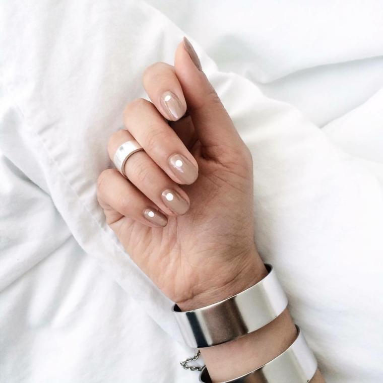 esempio di nail art naturale con un pallino bianco nella parte superiore dell'unghia