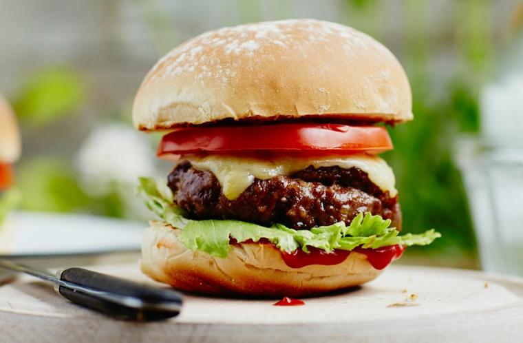 Hamburger con panino rotondo, ricette veloci per cena, lattuga e fetta di pomodoro all'interno