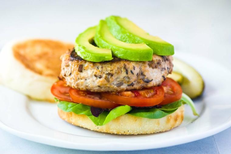 Hamburger al pomodoro e avocado, cosa cucinare per cena, spinaci come base del burger