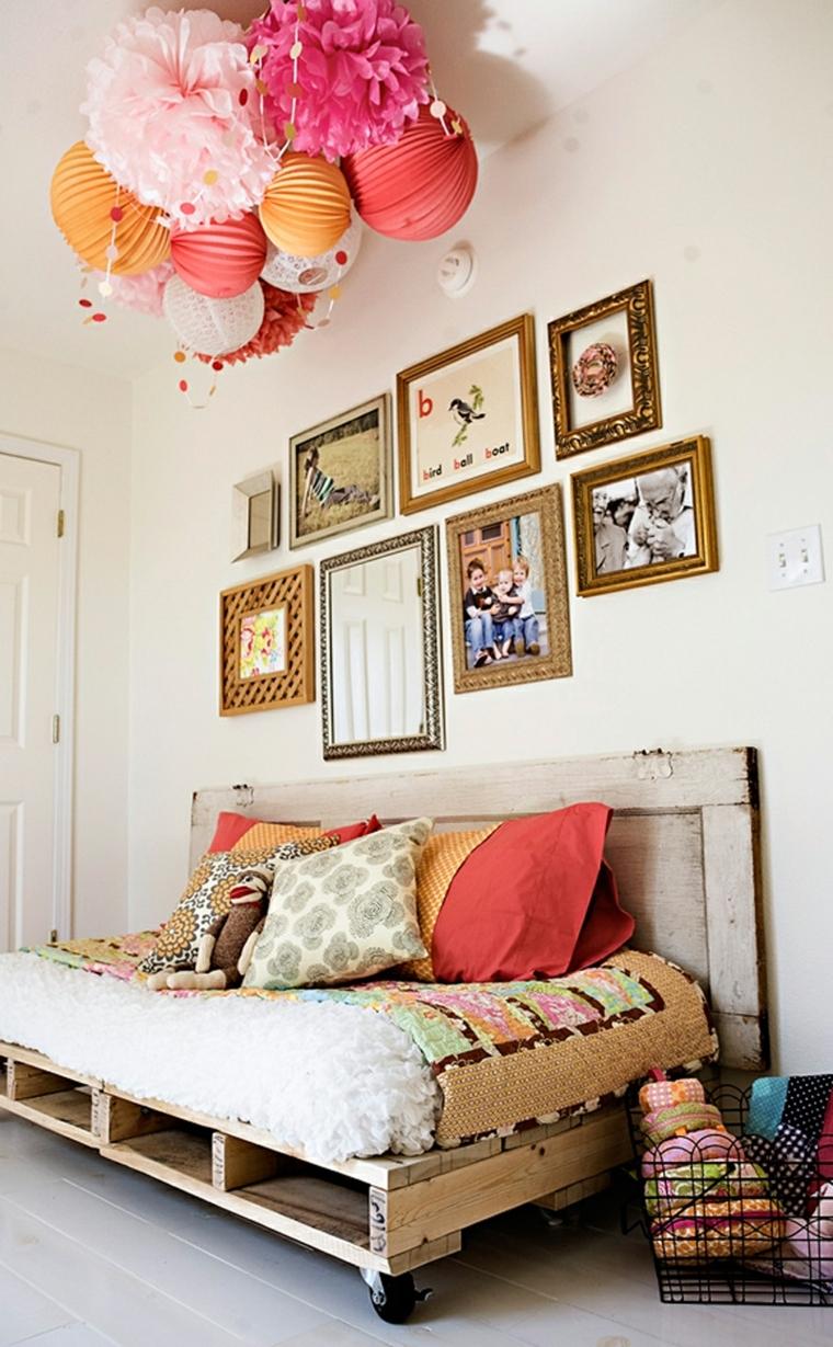 originali idee pallet per la cera da letto con un divano-letto, quadri e palloncini colorati