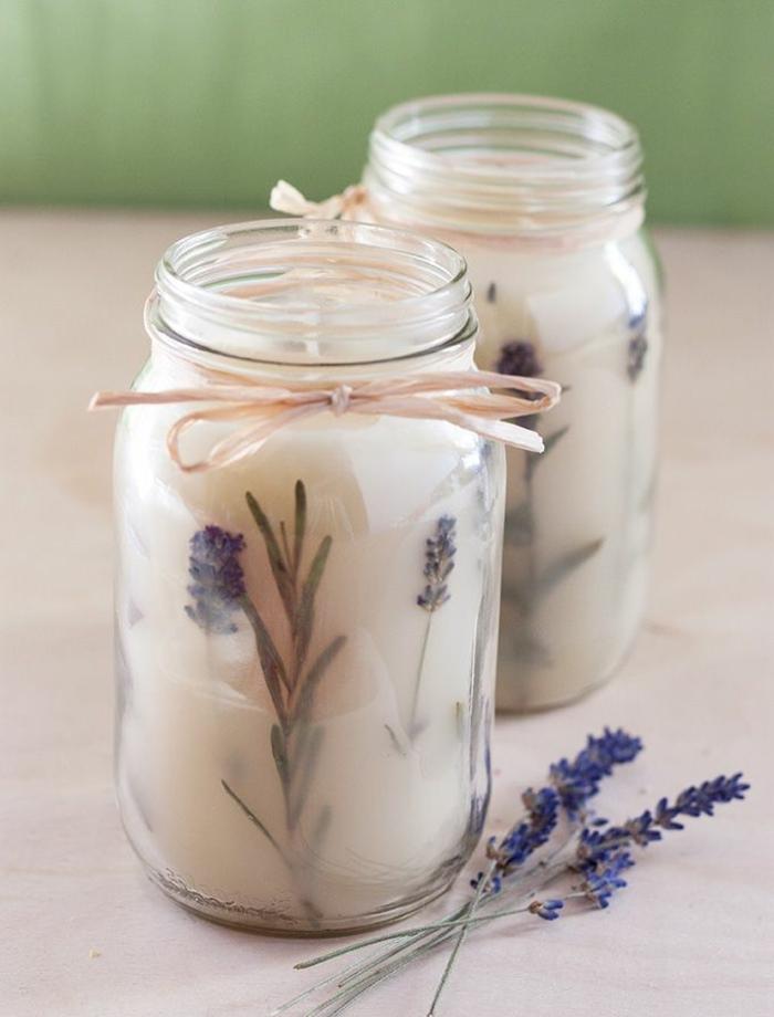 Idea per delle candele fai da te, due barattoli di vetro con cera profumata alla lavanda