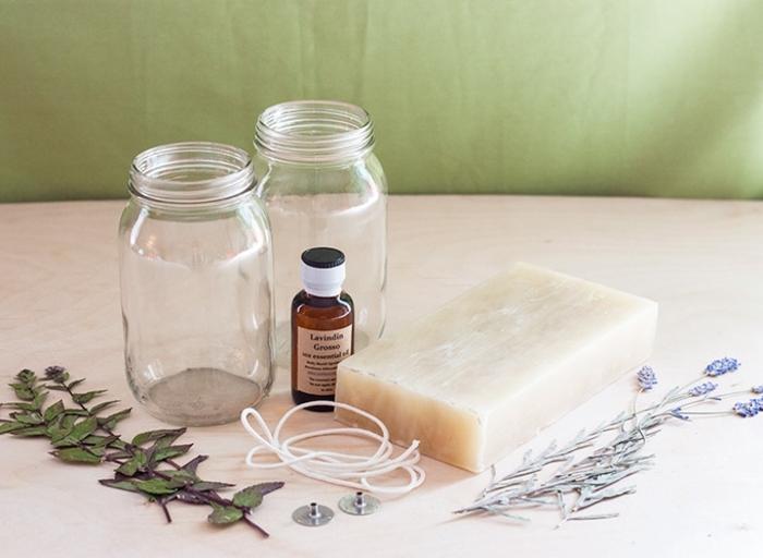 Come fare candele profumate, due barattoli di vetro e olio essenziale di lavanda