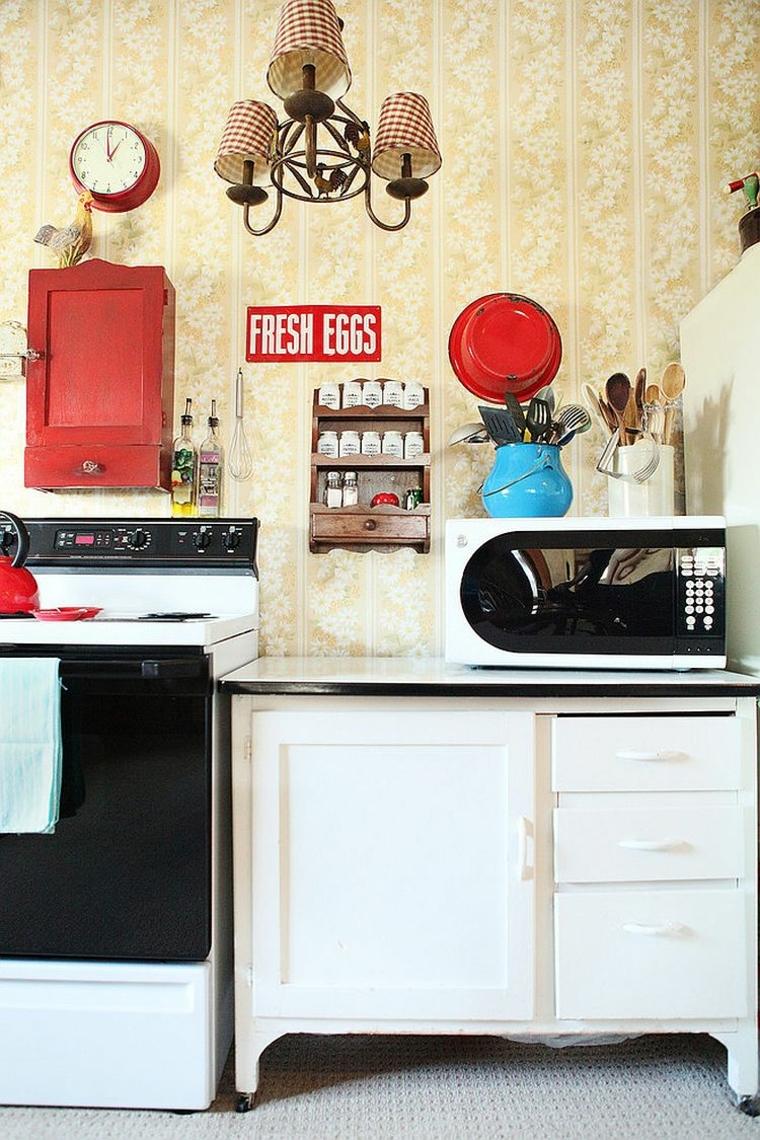 perfetto arredamento shabby chic cucina con elettrodomestici vintage e carta da parati