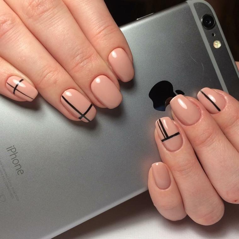esempio di unghie decorate color carne dalla finitura lucida con delle righe nere minimal