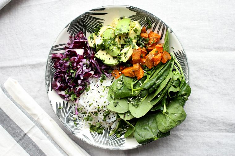 Spaghetti di riso con contorno di verdure e insalata, ricette facili e veloci