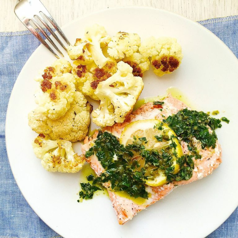 Filetto di salmone con salsa verde e limone, contorno di cavolfiore, cosa cucinare a cena