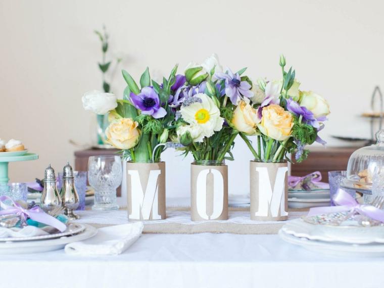vasi con le iniziale di mamma con all'interno dei fiori, idea per realizzare un centrotavola