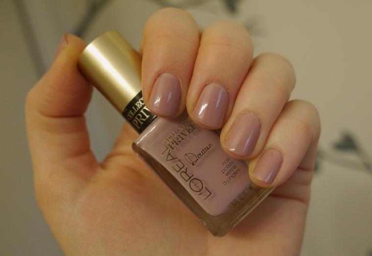 nail art di moda per la stagione 2018, unghie rosa antico di media lunghezza