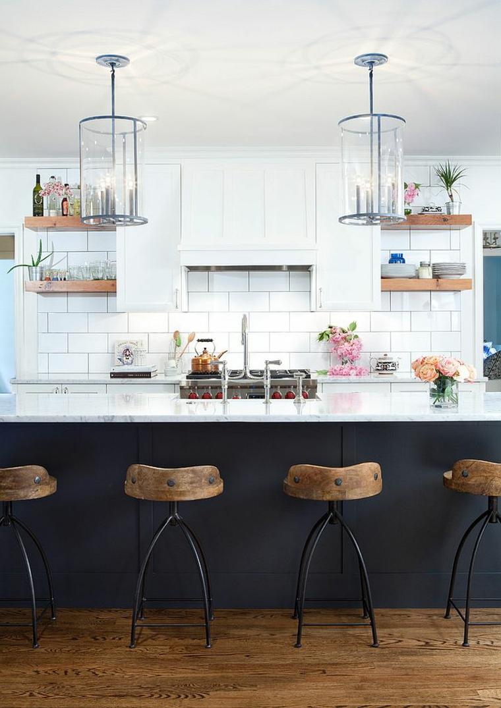 cucina dallo stile moderno e shabby con piastrelle bianche e mobile bar nero