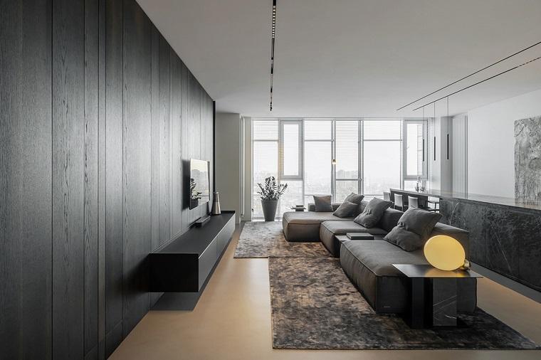 Esempi arredamento soggiorno, parete rivestita di legno, pavimento con tappeto