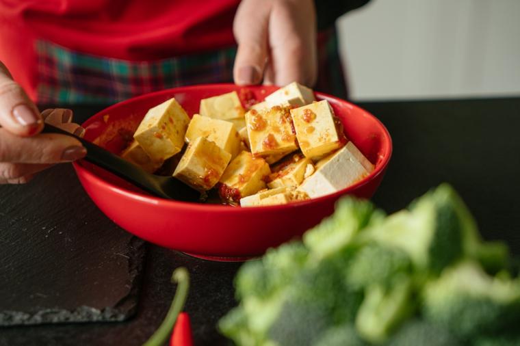 Cubetti di tofu in salsa di chili, ricette con il tofu, ciotola con broccoli verdi