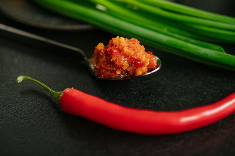 Tofu ricette, foto di un peperoncino rosso e cucchiaio con salsa di chili