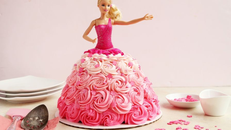 Torta di compleanno facile, barbie con i capelli biondi e vestito decorato con la panna di colore rosa