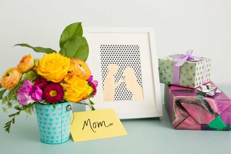 idee regalo last minute per la festa della mamma, un vaso con dei fiori e una cornice
