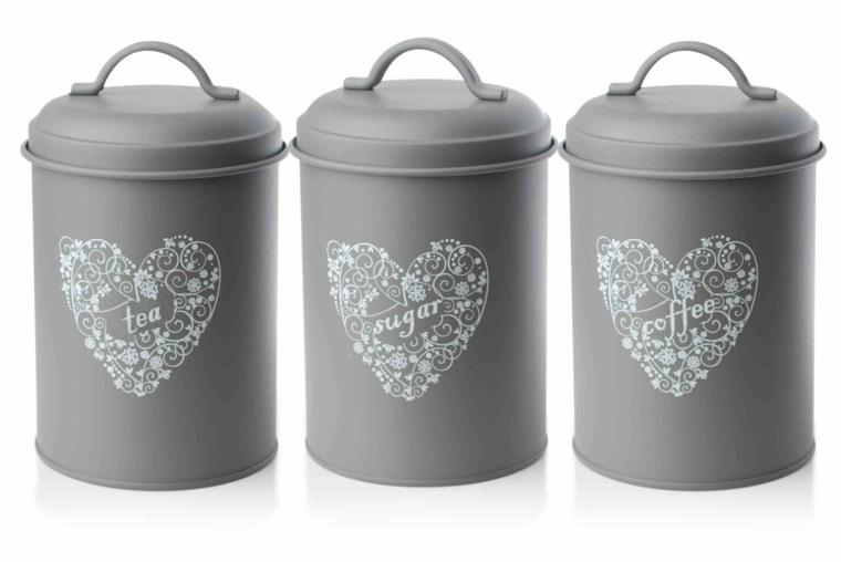 accessori per cucine shabby chic moderne, dei barattoli grigi con un cuore bianco per caffé, sale e zucchero