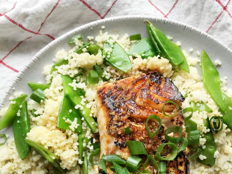 Filetto di salmone con contorno di couscous e fagioli, ricette veloci, tovaglia di colore bianco