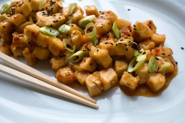 piatto dal sapore orientale con dei bocconcini di tofu,sesamo e cipollotti