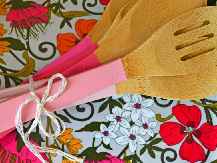 mestoli di legno per la cucina con il manico decorato, idea per lavoretti creativi festa della mamma