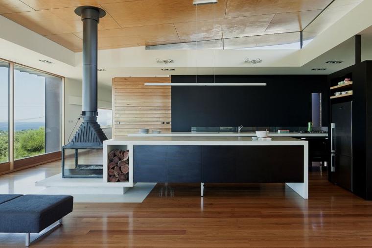 Idea per una cucina open space di colore nero, riscaldamento con una stufa a legna