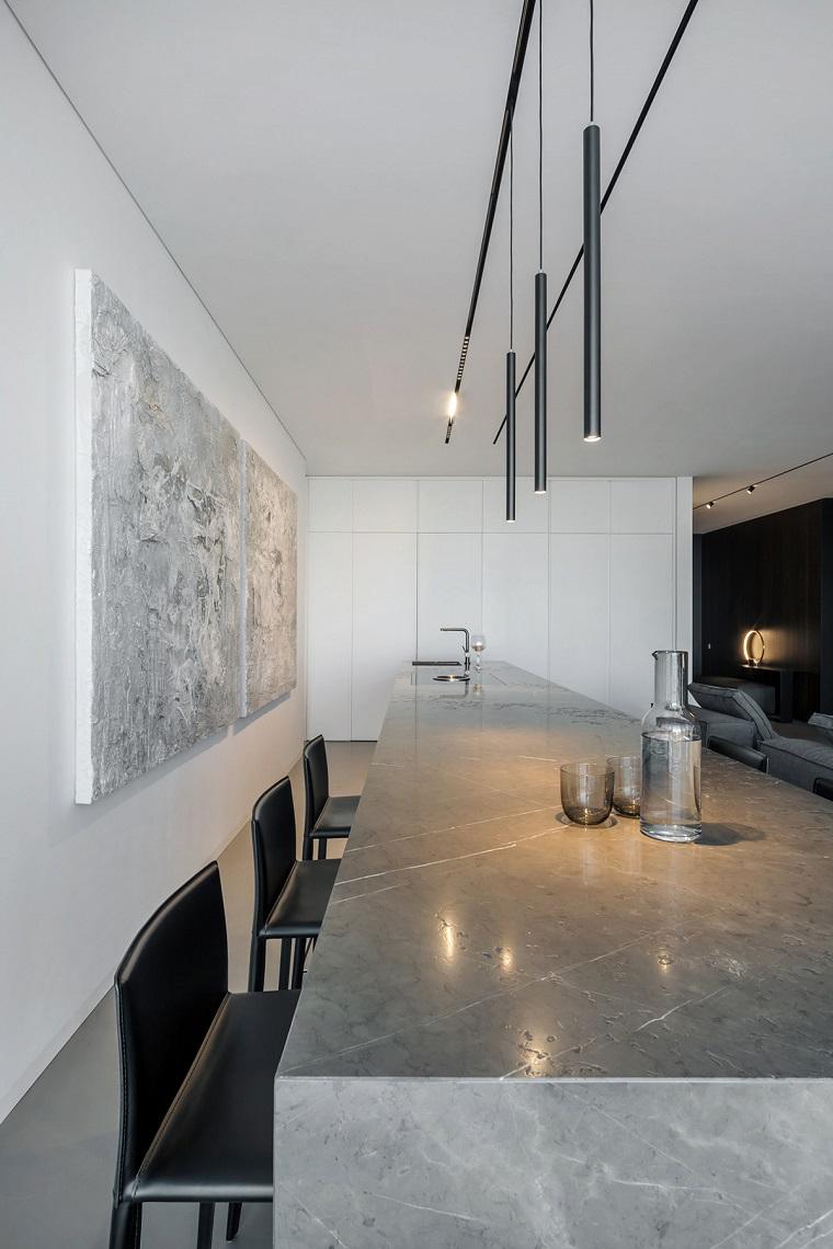 Arredare spazi piccoli, cucina con isola, lampadari sospesi, parete bianca con quadro