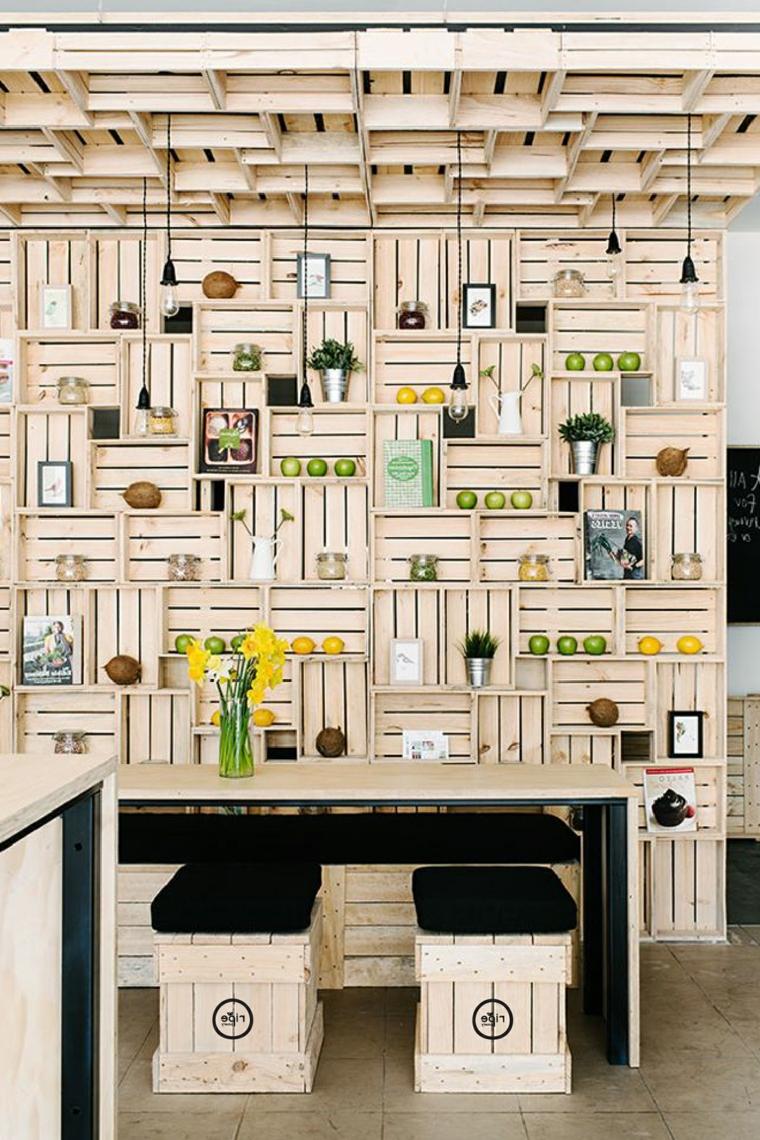 originale e creativa cucina con parete, soffitto, sgabelli e tavolo in pallet