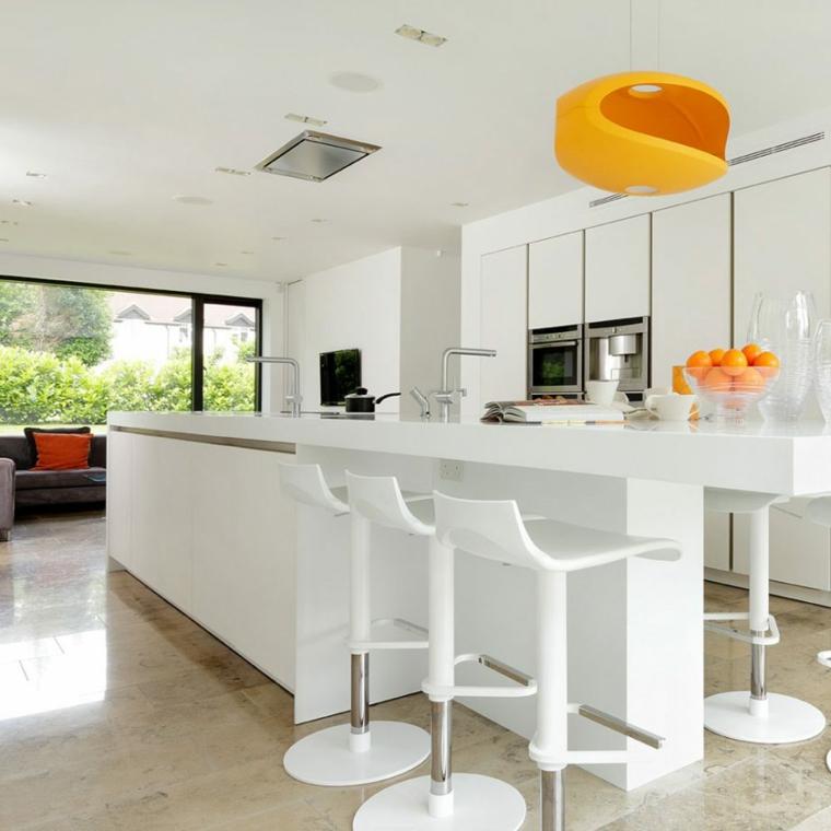 Idea cucina open space, mobili di colore bianco e lucidi, decorazione con un lampadario giallo di design