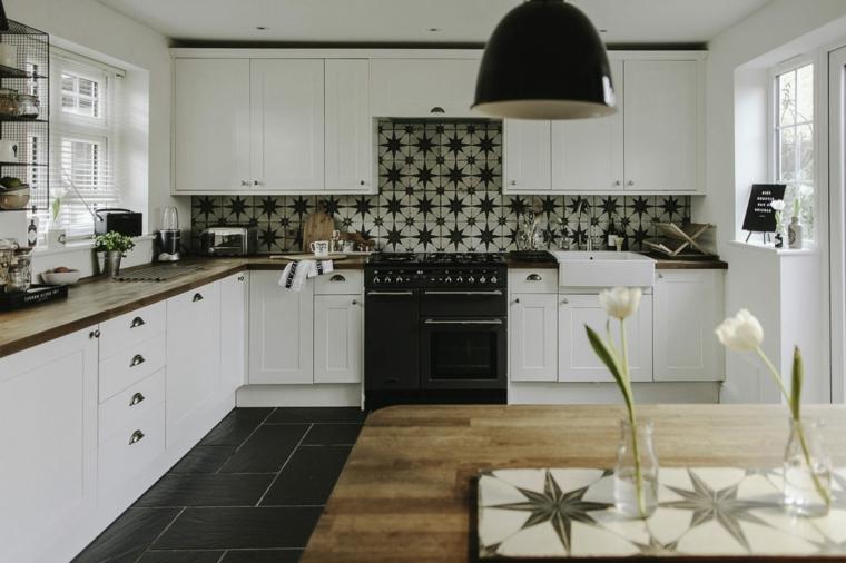 Arredamento cucina, mobili di legno colore bianco, top in legno scuro, mensole a vista in metallo