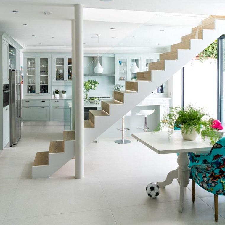 Esempi arredamento soggiorno, tavolo da pranzo in legno di colore bianco, soffitto bianco con faretti led