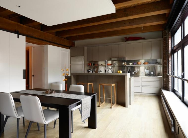 Set sala da pranzo bicolore, cucina soggiorno open space, soffitto con travi di legno