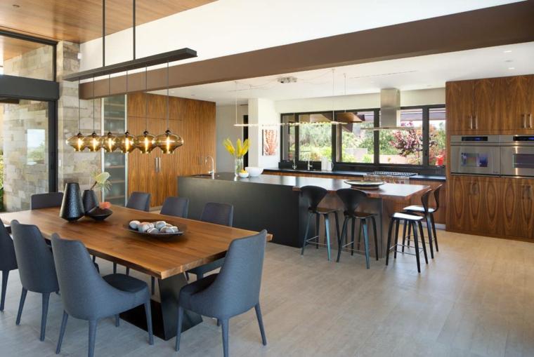 Arredare cucina piccola, isola centrale con top nero e lucido, lampadario a sospensione sul tavolo da pranzo