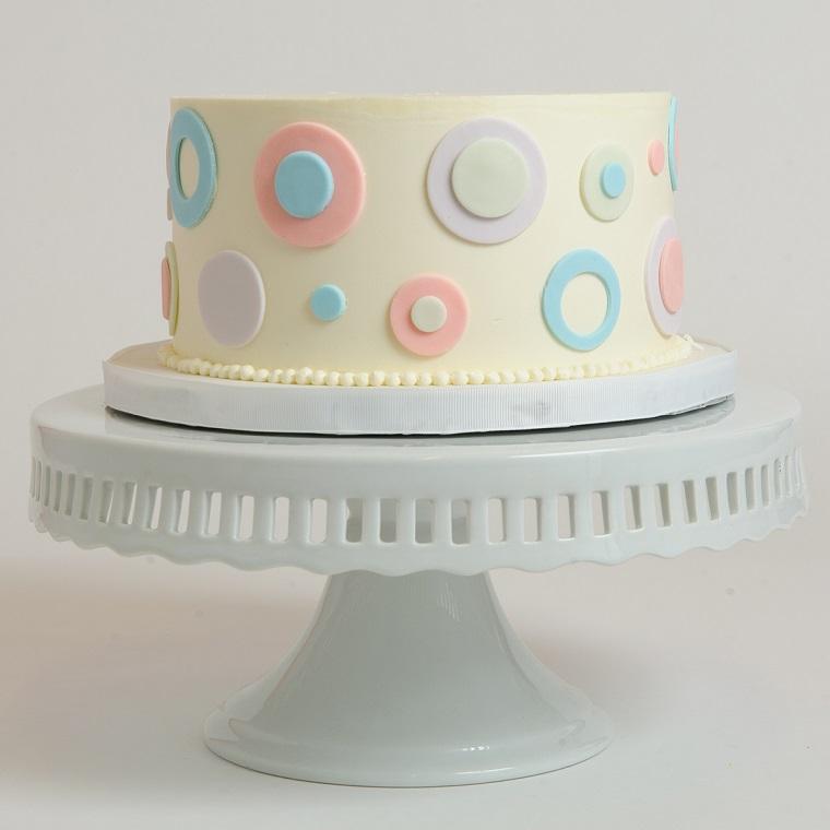 Torta di compleanno facile, idea decorazione con cerchi di pasta di zucchero colorati