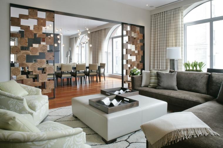 soluzione dal design originale con una parete divisorio fra salotto e zona con il tavolo da pranzo