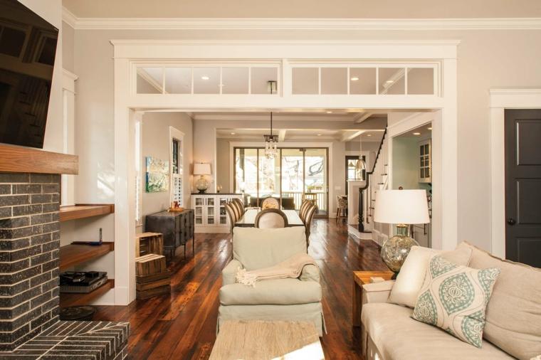pavimento in parquet, parete con mattoni a vista, divano bianco e tavolo da pranzo, come arredare un soggiorno rettangolare