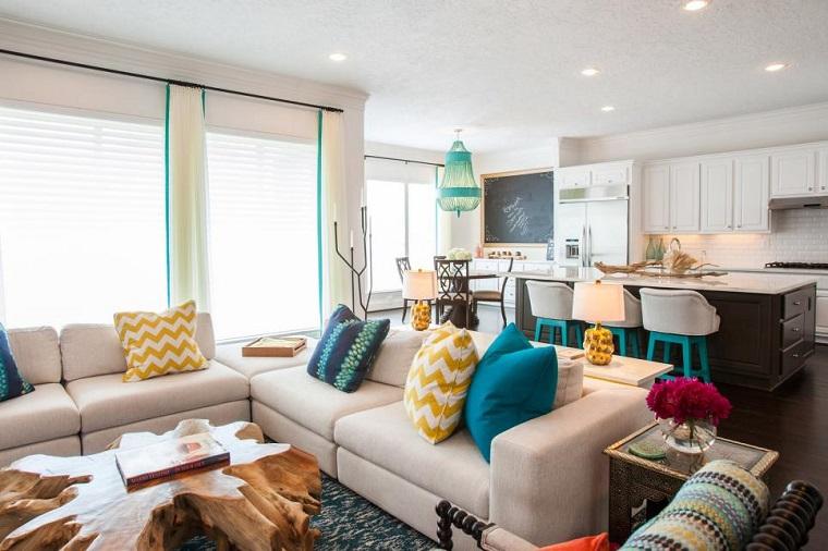 Tavolino soggiorno di design, cucina con isola e sgabelli alti, decorazione con lavagna da parete