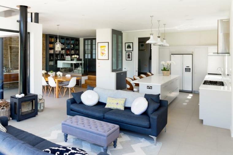 Cucina open space, superficie colore bianco e lucida, set tavolo da pranzo in legno e sedie