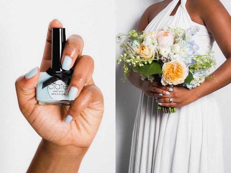 Manicure sposa, smalto colore azzurro abbinato al bouquet di fiori colorati, elegante vestito bianco