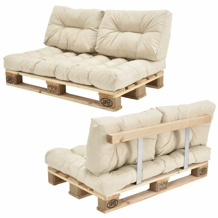 semplici ma comodi e alla moda, due divani con bancali con cuscini trapuntati bianchi