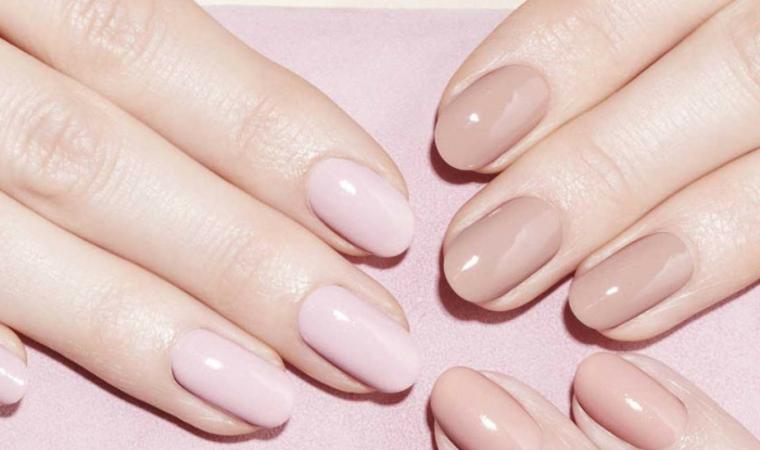 esempi di manicure con unghie chiare, una tonalità più sul rosa e una tendente al beige