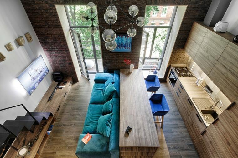 Come arredare un soggiorno rettangolare, divano di colore blu, cucina con mobili di legno