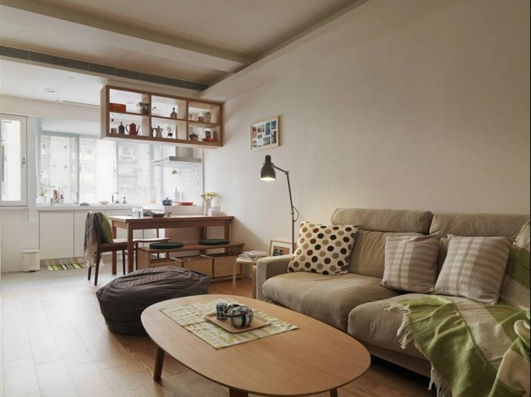 Sala da pranzo e salotto insieme, tavolino ovale di legno, cucina con mobili bianchi
