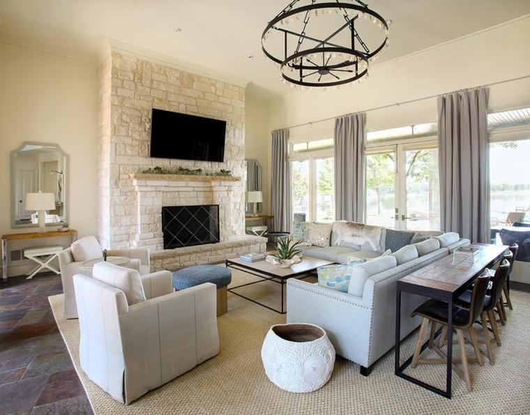 idee per mobili soggiorno moderni con divano e poltrone chiare, parete con mattoni a vista bianchi con camino