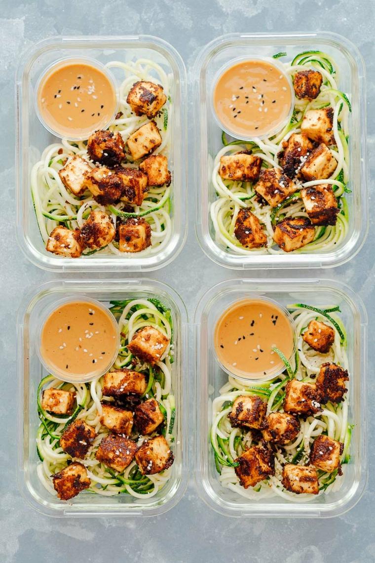 esempio per tofu ricette con del tofu croccante e sesamo e noodle di zucchine