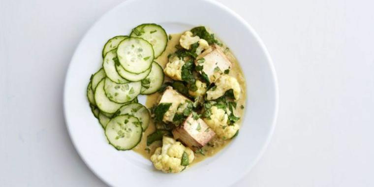 idea per tofu ricette con dei cetriolini tagliate a fette, cavolo bianco e spinaci