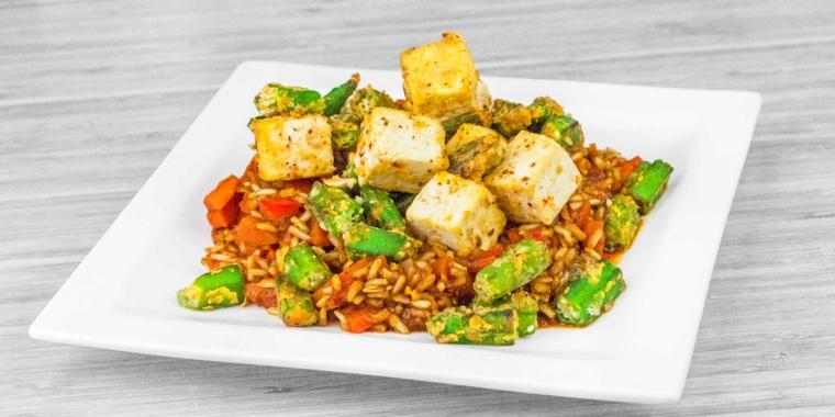 piatto vegano sano e gustoso, ricette veloci vegetariane con tofu, verdure e pinoli