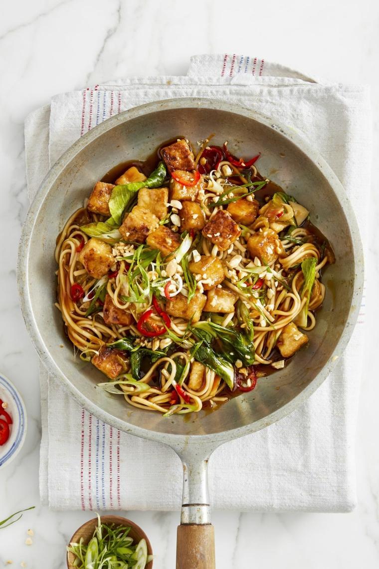 gustosa idea per ricette con tofu con degli spaghetti di soia e verdure fra cui il peperone
