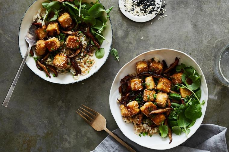 piatto vegano facile da preparare, tofu affumicato ricette con spinaci e sesamo