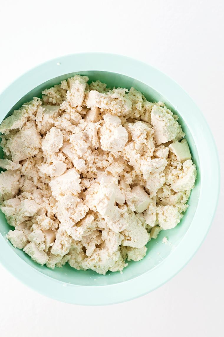 idea per ricette con tofu, facile e veloce da preparare: primo passaggio spezzettare il tofu
